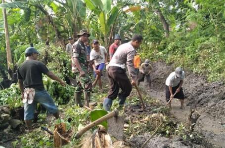 TNI-Polri di Lamongan Gotong-Royong Buat Saluran Irigasi
