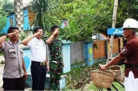Viral Foto 3 Pria Kostrad, Brimob dan Sekuriti Hormat ke Bapak Penjala Ikan