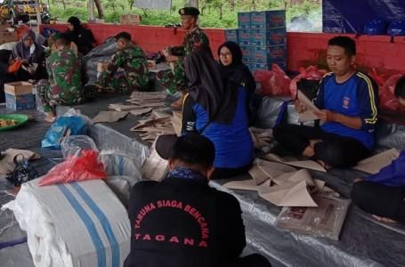 Prajurit 514 Kostrad Bantu Masak di Lokasi Bencana Banjir Bondowoso
