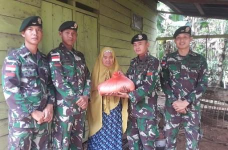 TNI Berbagi Kebahagiaan Dengan Warga Kurang Mampu di Perbatasan