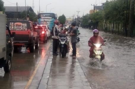 Hujan Dikit, Jalan Raya Imam Bonjol Bekasi Jadi Lenganan Banjir