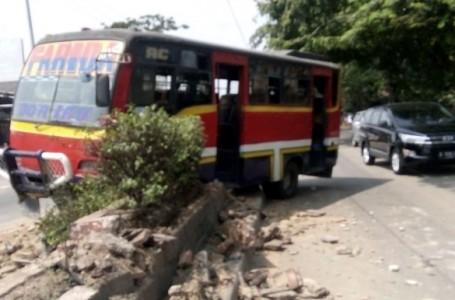 Bus Jurusan Bekasi – Karawang Tabrak Pembatas Jalan