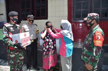 Sambut HUT Ke-75, TNI Bagikan Sembako Masyarakat Malang