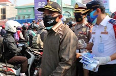 Turun ke Jalan. Walikota Depok Bareng Kompol Erwin Bagikan Masker