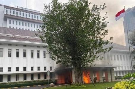 Puluhan Perusuh Merusak dan Jarah Barang Mahal di Gedung ESDM
