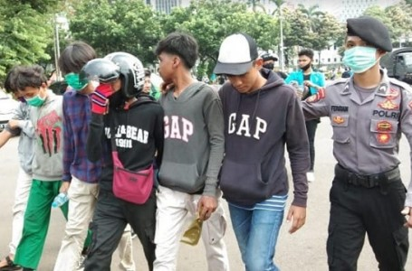 33 ABG Diamankan Polisi Dari Aksi Tolak Omnibus Law di Patung Kuda