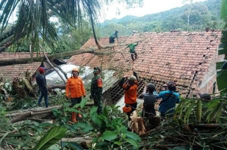 Puting Beliung Rusak Atap Rumah Warga di Sirampog Brebes