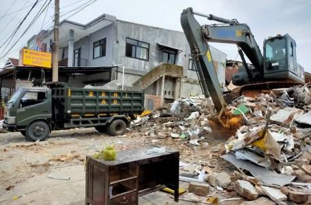Pasukan TNI Bersihkan Puing Bangunan Akibat Gempa Bumi Sulbar