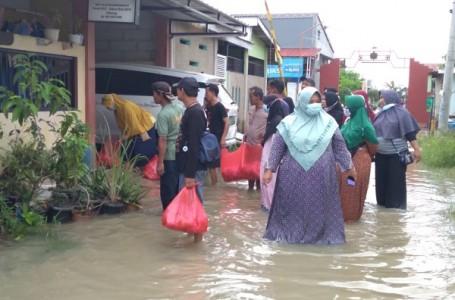 Posyandu Karangrahara Bagikan 600 Nasi Bungkus Warga Korban Banjir