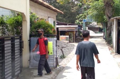 Warga Desa Karangraharja Kembali Giat Semprot Disinfektan