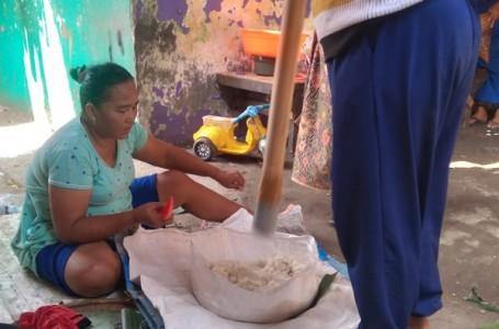Kaum Ibu Kampung Rawa Palangan Mulai Repot Buat Kue Khas Lebaran