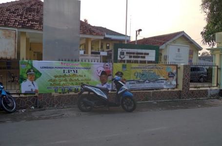 LPM Desa Karangraharja Kompak Pasang Banner Ucapan Hari Raya